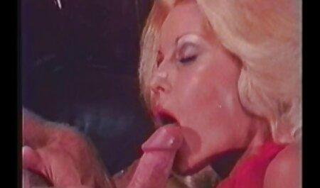 Süße junge Blondine in Schweineschwänzen bekommt ihre Muschi geleckt und Arsch gefickt sex gratis oma