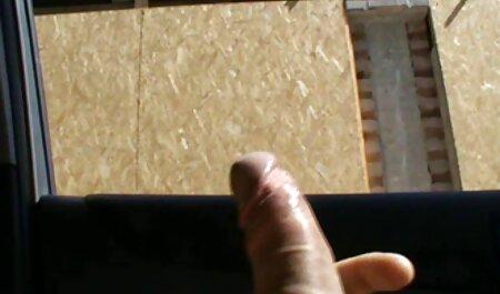 Dunkelhaarige Schlampe spreizt ihre Beine und bekommt Muschi auf einer pornofilme gratis oma Couch gegessen