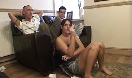 Vorführen ihrer riesigen Titten gratis sex oma heiße Mutter fickt sich