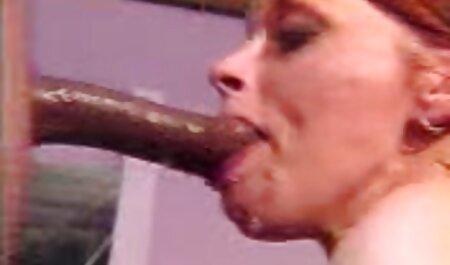 Juliya freie oma pornos nimmt seinen großen Schwanz in ihren kleinen Mund