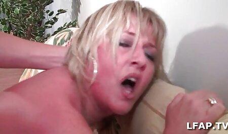 Durchbohrte und tätowierte MILF lutscht einen gratis omasexfilm Schwanz und nimmt den Arsch auf
