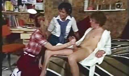 Perky Babe Strips neckt und Finger oma sex video free
